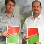 Dominik Lorenzen (Grüne) und Milan Pein (SPD) mit Koa-Vertrag